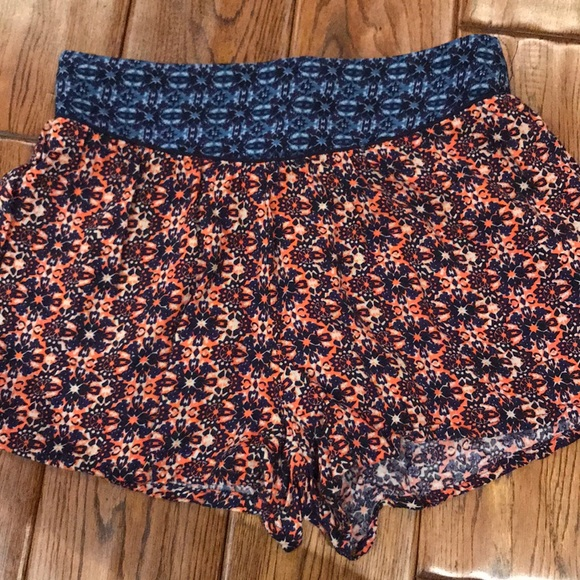 Francesca's Collections Pants - Patterned stretch shorts. High waisted. Size small